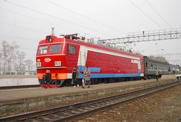 Электровоз ЭП1 номер 016 с поездом номер 663 Хабаровск - Чегдомын, вид сбоку издали.